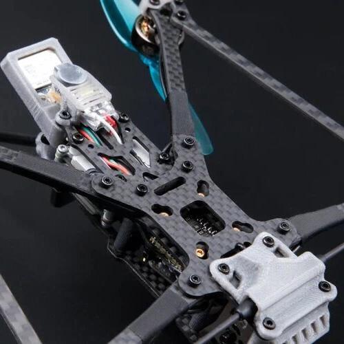 vue dessous d'un drone fpv sur fond noir