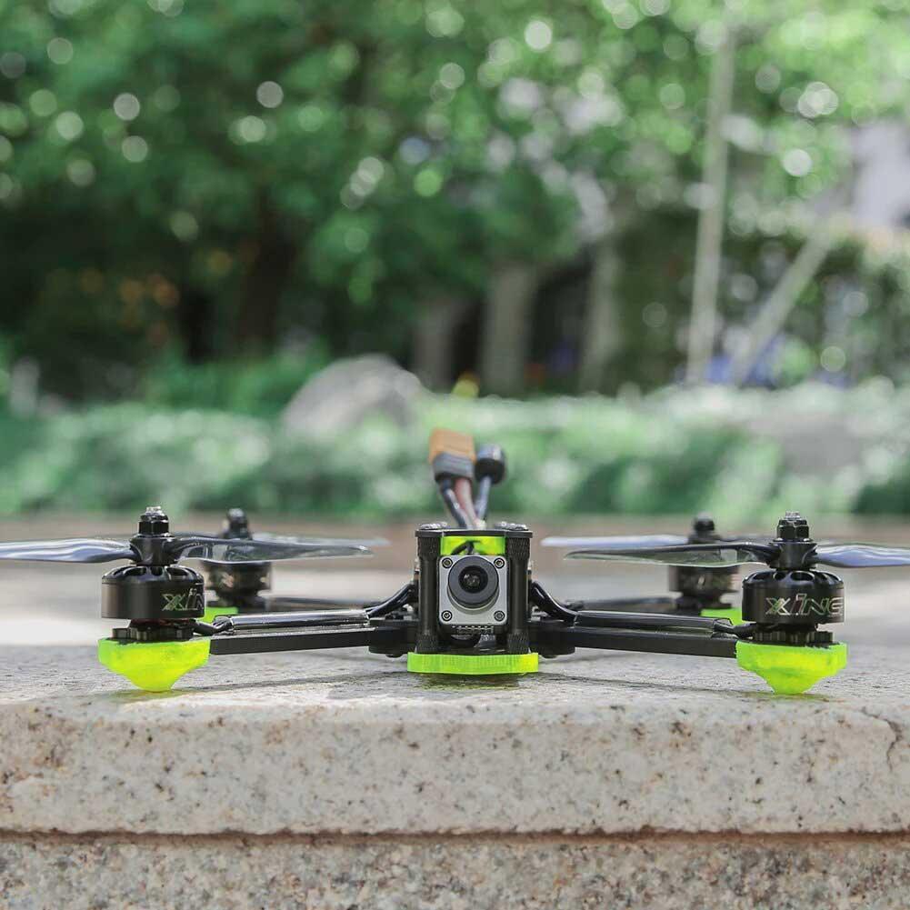 drone fpv numérique avec système DJI FPV dans un parc