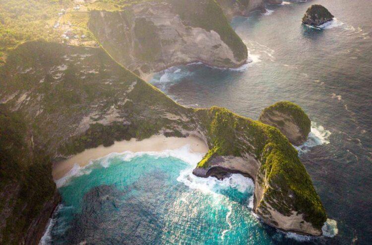 vue sur plage paradisiaque drone fpv cinématique