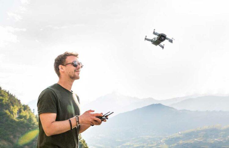 pilote de drone dans les montagnes
