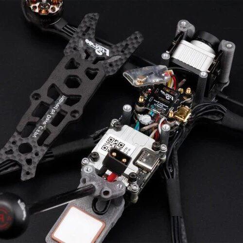 Vue Interne décortiquée des composants d'un drone fpv